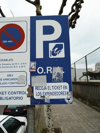 connotaciones del color azul en las señales de tráfico, como en la de parking y prohibición de aparcamiento