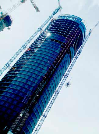 foto de madrid, de una torre de la castellana en construcción, con cristales que reflejan el azul del cielo